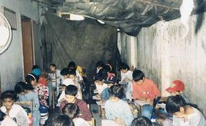 Der Unterricht hatte in schlechten Raumbedingungen stattgefunden.